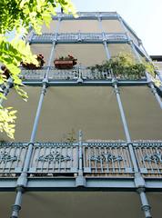 Architekturfotos aus dem Hamburger Stadtteil Eimsbüttel - Bezirk Eimsbüttel; Gusseiserne Balkonbrüstungen / Säulen in der Vereinsstraße.