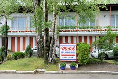 Fotos aus dem Hamburger Stadtteil Hoheluft West, Bezirk Hamburg Eimsbüttel. Motel im Baustil der 1960er Jahre in der Hoheluftchaussee - die Autostellplätze / Garagen befinden sich unter den jeweiligen Zimmern.