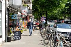 Bilder aus dem Hamburger Stadtteil Hoheluft Ost - Bezirk Hamburg Nord. Kleine individuelle Geschäfte im Eppendorfer Weg - Fahrräder und Autos parken am Straßenrand.