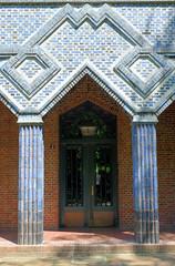 Fotos aus dem Hamburger Stadtteil Eppendorf - Bezirk Hamburg Nord. Expressionistischer Hauseingang mit blau getönen / glasierten Ziegeln in der Haynstraße; der Siedlungsbau wurde 1923 errichtet, Architekten Hans und Oskar Gerson.