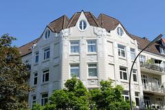 Bilder aus dem Hamburger Stadtteil Hoheluft Ost - Bezirk Hamburg Nord. Historisches Eckgebäude der Gründerzeit - aufwändige Relieffassade.