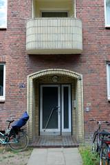 Fotos aus dem Hamburger Stadtteil Hoheluft West, Bezirk Hamburg Eimsbüttel. Baustil der 1960er Jahre - Hauseingang eines Etagenhauses - Balkon und Eingang mit gelben Ziegeln verkleidet.