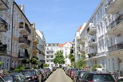 Bilder aus dem Hamburger Stadtteil Hoheluft Ost - Bezirk Hamburg Nord. Blick in die Kremper Straße - beidseitig stehen hohe Etagenhäuser  der Gründerzeit, am Straßenrand parkende Autos - Zeichen der Parkplatznot.