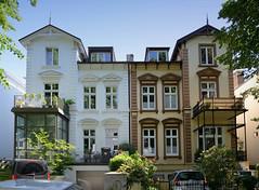 Bilder aus dem Hamburger Stadtteil Hoheluft West, Bezirk Hamburg Eimsbüttel. Doppelvilla mit unterschiedlicher Fassadengestaltung in der Wrangelstraße.