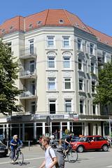 Architekturfotos aus dem Hamburger Stadtteil Eimsbüttel - Bezirk Eimsbüttel; Wohnhaus mit Geschäft im Heußweg, Ecke Lutterothstraße.