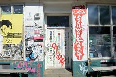 Architekturfotos aus dem Hamburger Stadtteil Eimsbüttel - Bezirk Eimsbüttel; Hausfassade mit politischen Plakaten, Infoladen Schwarzmarkt im Kleinen Schäferkamp.