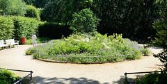 Architekturfotos aus dem Hamburger Stadtteil Eimsbüttel - Bezirk Eimsbüttel; Eingang / Rondeel am Wehbers Park. Der Park ist seit 1926 eine öffentliche Grünanlage; sein Name erinnert an den Weinhändler Georg Heinrich Wehber, der ihn 1852 als Privatpa