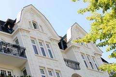 Architekturfotos aus dem Hamburger Stadtteil Eimsbüttel - Bezirk Eimsbüttel; Giebel eines Wohngebäude Am Weiher. Das Etagenhaus wurde 1911 errichtet, Architekt H. W. Schmidt.