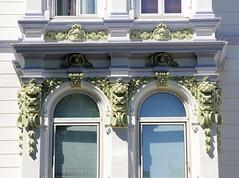 Architekturfotos aus dem Hamburger Stadtteil Eimsbüttel - Bezirk Eimsbüttel;  Stuckdekor eines denkmalgeschützten Gebäudes im Eppendorfer Weg. Das Wohn- und Geschäftshaus wurde 1890 fertiggestellt, Architekten Schmidt & Wurzbach.