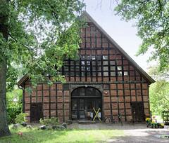 Fotos von Belitz,  Ortsteil der Gemeinde Küsten; Landkreis Lüchow-Dannenberg - Metropolregion Hamburg; Fachwerkscheune zum Wohnhaus umgebaut - Fachwerkfächer teilweise mit Glas ersetzt.