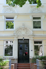Bilder aus dem Hamburger Stadtteil Hoheluft West, Bezirk Hamburg Eimsbüttel. Eingangstür / Schmuckportal eines denkmalgeschützten Etagenhauses in der Roonstraße, erbaut 1902 - Architekt Carl Tessen.