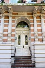 Architekturfotos aus dem Hamburger Stadtteil Eimsbüttel - Bezirk Eimsbüttel; Eingangstür mit Holzschnitzereien und Säulen - Wohnhaus in der Bellalliancestraße.