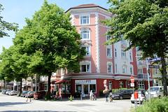 Bilder aus dem Hamburger Stadtteil Hoheluft Ost - Bezirk Hamburg Nord. Restauriertes Eckgebäude an der Heider Straße / Eppendorfer Weg - kleine Geschäfte befinden sich im Erdgeschoss.