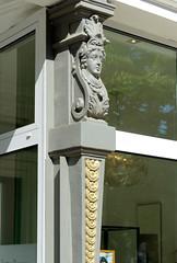 Fotos aus dem Hamburger Stadtteil Eppendorf - Bezirk Hamburg Nord. Säule mit Gründerzeitdekor - Fassade eines Geschäfts in der Eppendorfer Landstraße.