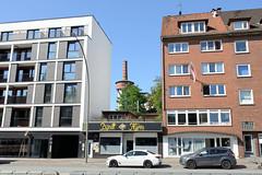 Bilder aus dem Hamburger Stadtteil Hoheluft West, Bezirk Hamburg Eimsbüttel. Wohnhäuser in der Hoheluftchaussee - Neubau und Etagenhaus der 1960er Jahre - im Hintergrund der Schornstein der ehem. Tabakfabrik, die 1910 gebaut wurde und unter Denkmalsc