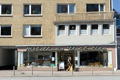 Bilder aus dem Hamburger Stadtteil Hoheluft West, Bezirk Hamburg Eimsbüttel. Etagenhaus mit Ladenraum - Neonschriftzug Möbelhaus Deubelius - Baustil der 1960er Jahre in der Hoheluftchaussee.