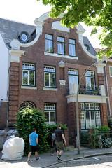 Bilder aus dem Hamburger Stadtteil Hoheluft Ost - Bezirk Hamburg Nord. Gebäude des Pastorats der St. Markuskirche - Neumünstersche Straße; errichtet 1912 - Architekten Rambatz & Jolasse.