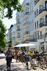 Bilder aus dem Hamburger Stadtteil Hoheluft Ost - Bezirk Hamburg Nord. Straßencafés/Restaurants und mehrstöckige Gründerzeitgebäude im Lehmweg.