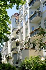 Architekturfotos aus dem Hamburger Stadtteil Eimsbüttel - Bezirk Eimsbüttel; Hausfassaden mit Balkonen - denkmalgeschützte Wohngebäude in der Ottersbekallee.