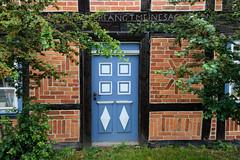 Fotos vom Dorf - Ortsteil Prezier; Gemeinde Lemgow, Landkreis Lüchow-Dannenberg - Metropolregion Hamburg. Farblich abgesetzte blaue Holztür / Eingangstür - Ziegeldekor in der Fachwerkfüllung.