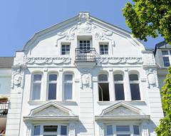 Architekturfotos aus dem Hamburger Stadtteil Eimsbüttel - Bezirk Eimsbüttel; Stuckverzierung eines Etagenhauses in der Ottersbekallee. Das Jugendstilgebäude wurde 1908 errichtet - Architekt  Chr. Stöterau, das Gebäude steht unter Denkmalschutz.