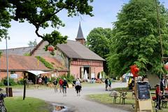 Bilder von  Küsten,  Gemeinde im Landkreis Lüchow-Dannenberg - Metropolregion Hamburg; Dorfplatz - im Hintergrund die neogotische Friedenskirche.