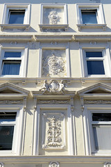 Architekturfotos aus dem Hamburger Stadtteil Eimsbüttel - Bezirk Eimsbüttel; Fassadendekor, Reliefs an einem Wohngebäude in der Schäferstraße. Das 1876 errichtete Gebäude steht unter Denkmalschutz - Architekt J. H. L Tiedemann.