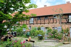 Fotos von Lübeln,  Ortsteil der Gemeinde Küsten; Landkreis Lüchow-Dannenberg - Metropolregion Hamburg. Speichergebäude der Lübelner Mühle - blühende Rosen.