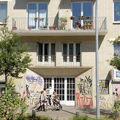 Architekturfotos aus dem Hamburger Stadtteil Eimsbüttel - Bezirk Eimsbüttel; Wohnhaus im Baustil der 1960er Jahre im Kleine Schäferkamp - Hausfassade mit gelben Klinkern.
