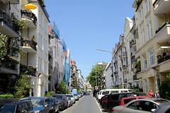 Bilder aus dem Hamburger Stadtteil Hoheluft West, Bezirk Hamburg Eimsbüttel. Blick in die Gneisenaustraße im Hamburger Generalsviertel - Autos sind auf beiden Staßenseiten dicht geparkt - es herrscht Parkplatznot.