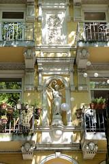 Architekturfotos aus dem Hamburger Stadtteil Eimsbüttel - Bezirk Eimsbüttel; Fassadendekoration mit Skulptur und Relief in der Bellealliancestraße. Das Gebäude steht unter Denkmalschutz und wurde 1884 errichtet.