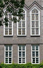 Bilder aus dem Hamburger Stadtteil Hoheluft Ost - Bezirk Hamburg Nord. Fensterfront, Fassade vom  Gymnasium Curschmannstraße - Architekt Fritz Höger, 1928.