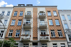 Fotos aus dem Hamburger Stadtteil Hoheluft West, Bezirk Hamburg Eimsbüttel. Etagenhaus in der Kottwitzstraße - die Fassade ist mit einem Linienmuster  aus roten und gelben Ziegeln dekoriert.