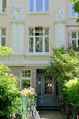 Architekturfotos aus dem Hamburger Stadtteil Eimsbüttel - Bezirk Eimsbüttel; Fassade mit figürlichem Bauschmuck - Etagenhaus in der Ottersbekallee. Das Denkmalgeschützte Wohnhaus wurde 1912 errichtet, Architekten Nagel & Dehmlow.
