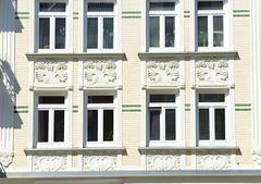 Fotos aus dem Hamburger Stadtteil Eppendorf - Bezirk Hamburg Nord. Hausfassade mit Jugendstildekor, gelben Ziegeln und grünen Bändern in der Erikastraße.