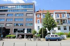 Bilder aus dem Hamburger Stadtteil Hoheluft Ost - Bezirk Hamburg Nord; historische und moderne Architektur nebeneinander - Lehmweg.