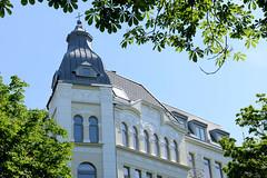 Bilder aus dem Hamburger Stadtteil Hoheluft Ost - Bezirk Hamburg Nord. Gründerzeitarchitektur in Hamburg - Eckturm mit Kupfer gedeckt; Etagenhaus.
