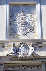 Architekturfotos aus dem Hamburger Stadtteil Eimsbüttel - Bezirk Eimsbüttel;  Fassadendekor - Reliefbüste mit Blumenschmuck, Putten / Engel und Blumengirlanden.