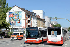 Bilder aus dem Hamburger Stadtteil Hoheluft West, Bezirk Hamburg Eimsbüttel. Wohnhäuser und Geschäfte an der verkehrsreichen Hoheluftchaussee - Autobusse fahren auf der Busspur .