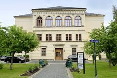 Fotos von der Stadt Löbau in der sächsischen Oberlausitz; Gebäude der Kreismusikschule am Johannisplatz - ursprünglich als Städtische Realschule in 1870er Jahren errichtet.