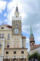 Fotos von der Stadt Löbau in der sächsischen Oberlausitz; Blick zum Rathausturm, dahinter der Kirchturm der St. Niklolaikirche.