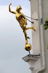 Fotos von der Stadt Löbau in der sächsischen Oberlausitz; goldene Merkur / Hermesfigur.