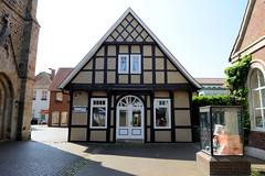 Bilder von der historischen Hansestadt Fürstenau im Landkreis Osnabrück - Bundesland Niedersachsen; Einzelhaus an der St. Georg-Kirche - Nutzung als Geschäft, Balkeninschrift Jahreszahl 1728.
