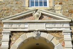 Bilder von der historischen Hansestadt Fürstenau im Landkreis Osnabrück - Bundesland Niedersachsen; Portal mit Schmuckstein an der Durchfahrt zum Innenhof vom Fürstenauer Schloss.
