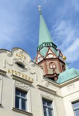 Fotos von der Stadt Löbau in der sächsischen Oberlausitz; Kirchturm der St. Nikolai Kirche - Giebel der Alten Apotheke mit goldenem Schriftzug.