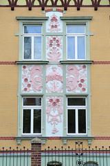 Fotos von der Stadt Löbau in der sächsischen Oberlausitz; Fassade mit floralem Relief, Putte und Schriftzug Daheim in der August Bebel Straße - errichtet 1900.
