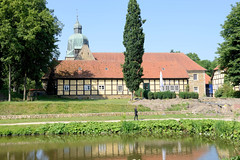 Bilder von der historischen Hansestadt Fürstenau im Landkreis Osnabrück - Bundesland Niedersachsen;  Blick über den Burggraben zu Fachwerkgebäuden / Wirtschaftsgebäuden  vom Fürstenauer Schloss. Das Schloss Fürstenau  ist eine ehemalige Landesburg d