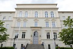 Fotos von der Stadt Löbau in der sächsischen Oberlausitz; Fassade / Eingang vom Geschwister Scholl Gymnasium in der Pestalozzi Straße.
