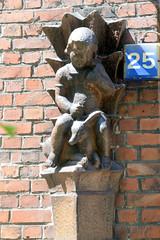 Architekturbilder aus dem Hamburger Stadtteil Eimsbüttel - Bezirk Eimsbüttel; Terrakottafigur am Eingang eines denkmalgeschützten Mehrfamilienhauses an der Schlankrey. Der Klinkerblock wurde 1928 errichtet, Architekten Berg & Paasche.