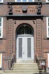 Architekturbilder aus dem Hamburger Stadtteil Eimsbüttel - Bezirk Eimsbüttel; Eingang der Schule Bundestraße - Reliefschrift mit Wappen und Kinderskupturen, Volksschule 1926 - 1927.